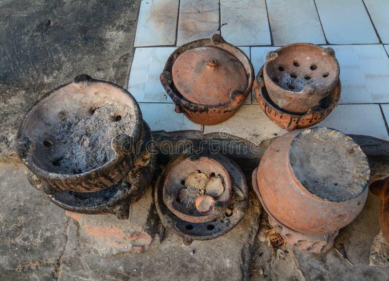 Cuisine de poterie de cru à la maison rurale photos stock