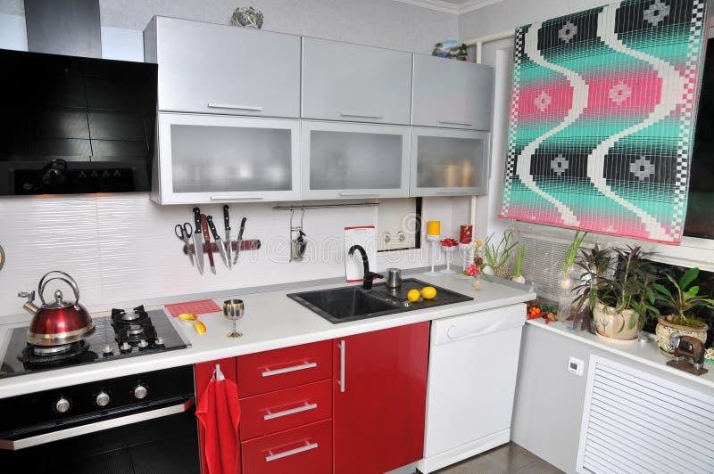 Cuisine en appartement. photographie stock