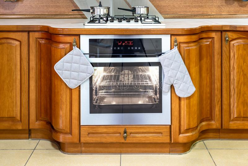 Cuisine en bois classique L'incorporation des solutions de conception moderne photographie stock