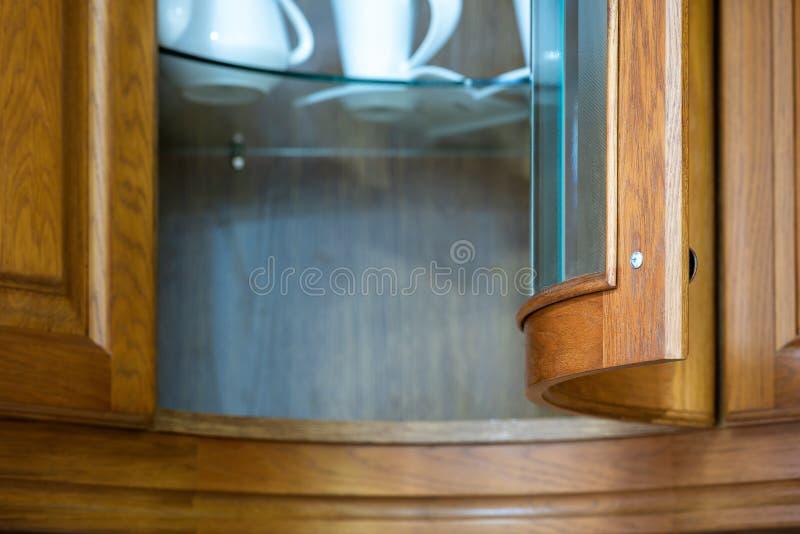Cuisine en bois classique L'incorporation des solutions de conception moderne image libre de droits