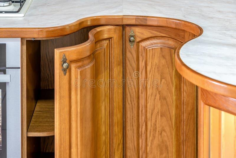 Cuisine en bois classique L'incorporation des solutions de conception moderne photos stock