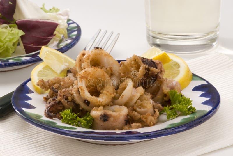 Cuisine espagnole. Calmars cuits en friteuse andalous. image stock