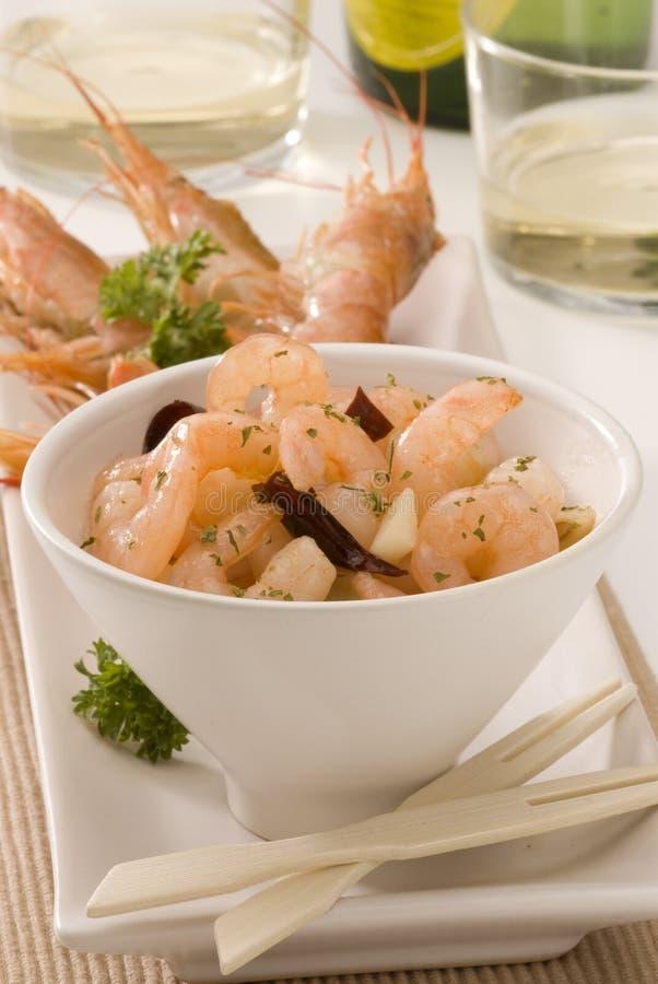 Cuisine espagnole. Crevettes en sauce à ail. photo libre de droits