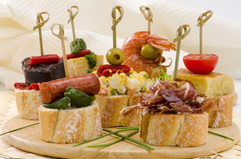 Cuisine espagnole. Tapas. Plateau des montaditos. photos stock