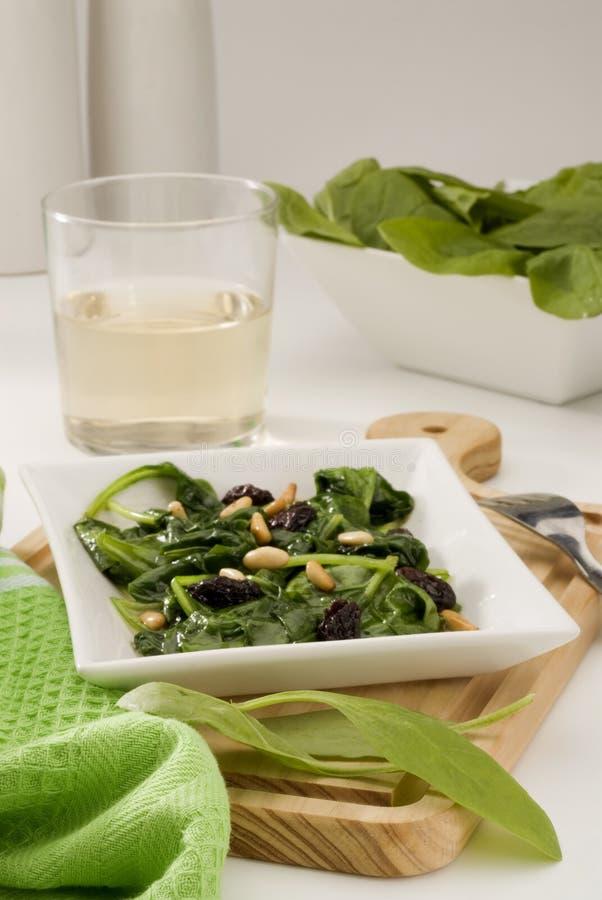 Cuisine espagnole. Type de catalan de Spinachs. photo libre de droits
