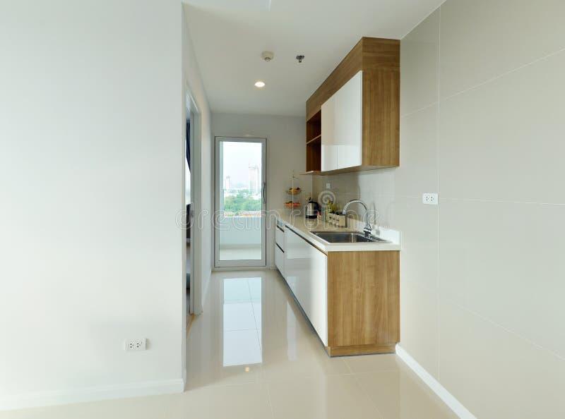 Cuisine et décoration modernes de luxe blanches en appartement, interio images stock