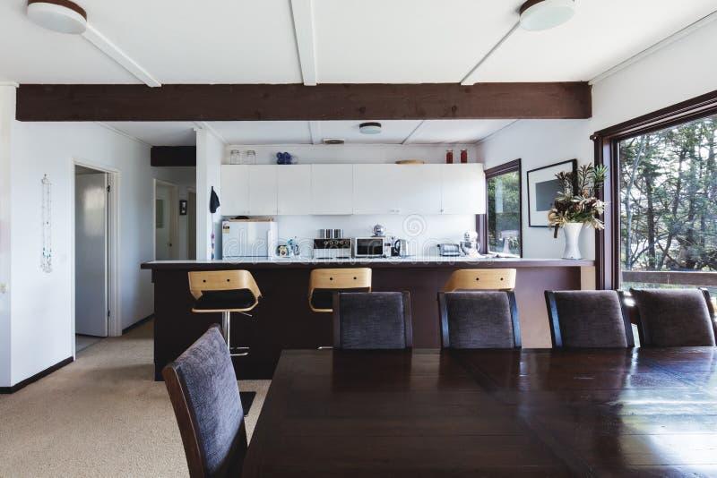 Cuisine et salle à manger de rétro maison de plage géniale de style plus ancien photos stock