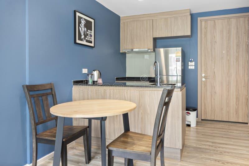 Cuisine et table dinning dans le condominium images stock