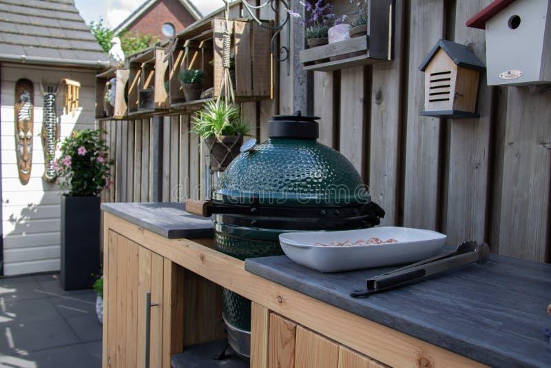 Cuisine extérieure avec l'oeuf vert et le gril de BBQ images libres de droits