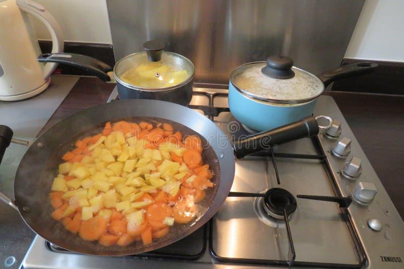 Cuisine familiale sur un aliment d'?bullition de fraise-m?re de gaz dans la grande casserole images libres de droits