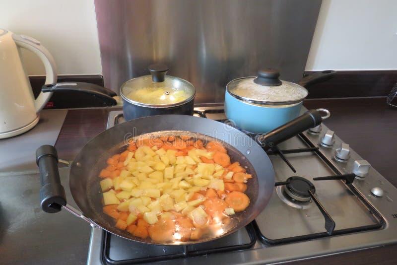 Cuisine familiale sur un aliment d'?bullition de fraise-m?re de gaz dans la grande casserole image libre de droits