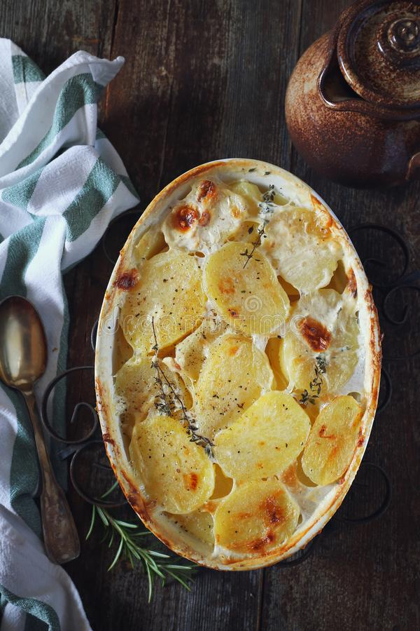 Cuisine française traditionnelle Dauphinois de gratin Cocotte en terre de pomme de terre photos stock