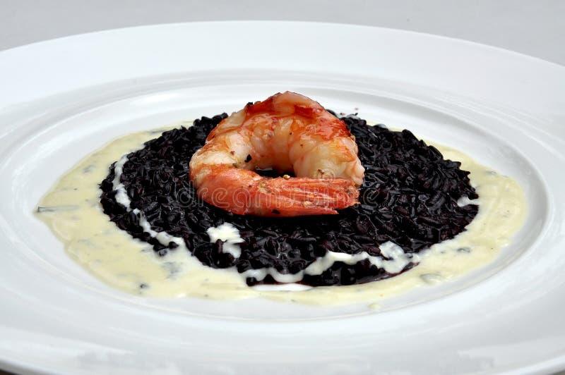 Cuisine gastronomique : riz et crevette rose noirs images stock