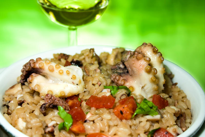 Cuisine italienne - Risotto avec le poulpe images stock