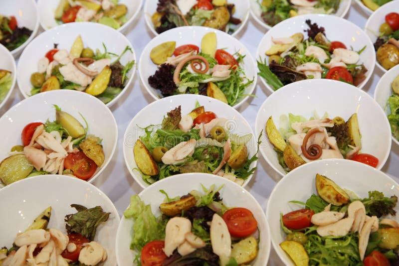 Cuisine italienne salade avec des tomates, des peaux de pomme de terre, des olives, des fruits de mer et le poulet photographie stock