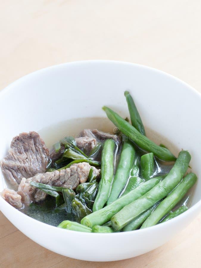 Cuisine japonaise, haricots verts et soupe coupée en tranches à boeuf avec la ciboulette chinoise photos stock