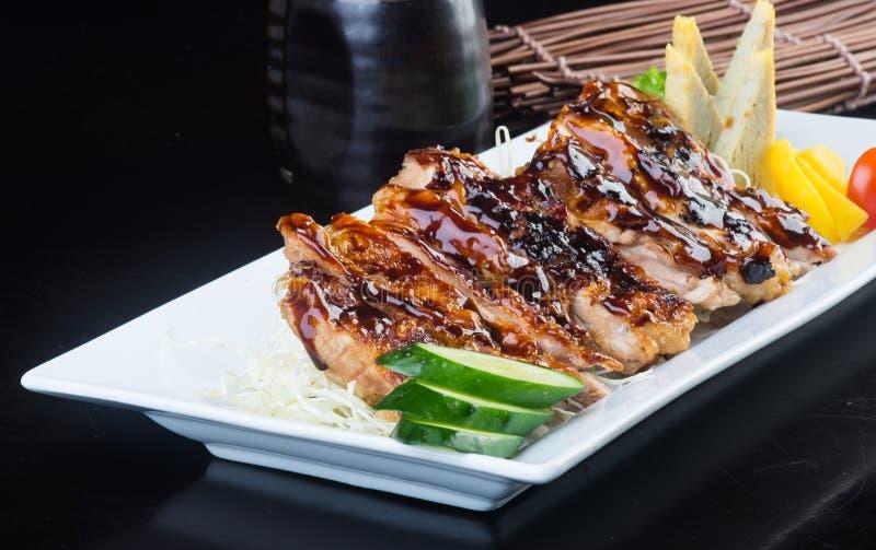 Cuisine japonaise poulet grillé sur le fond images stock