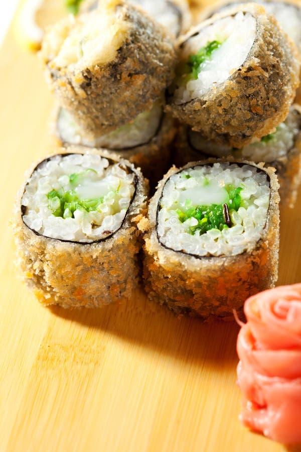 cuisine japonaise roulis de sushi cuit en friteuse photo stock image du mangez frit 26299394. Black Bedroom Furniture Sets. Home Design Ideas