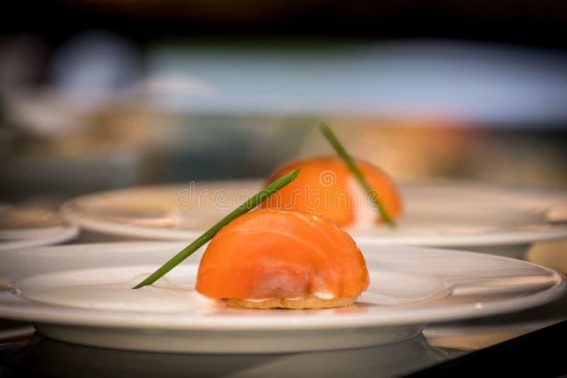 Cuisine japonaise sushi fraîche et délicieuse, isolée dans une assiette blanche image libre de droits