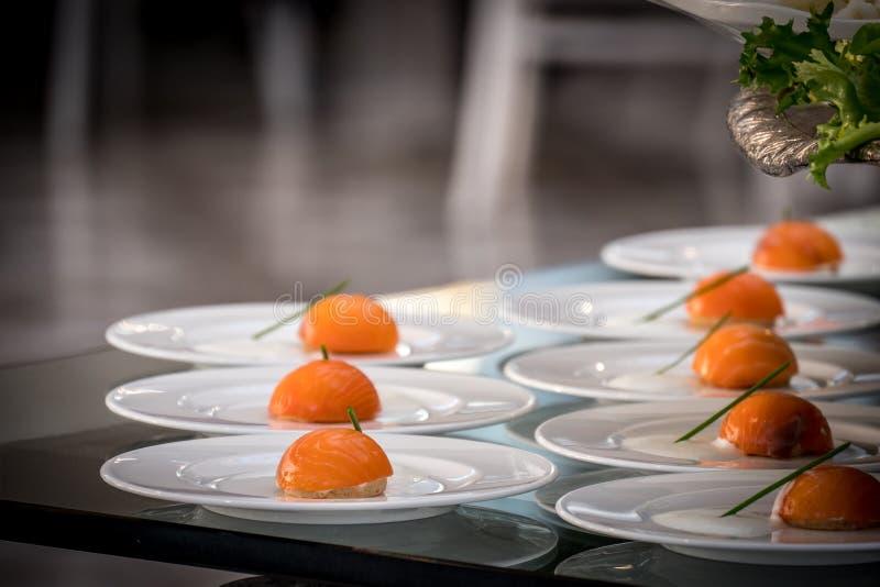 Cuisine japonaise sushi fraîche et délicieuse, isolée dans une assiette blanche photo libre de droits