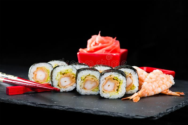 Cuisine japonaise traditionnelle Ensemble de foyer sélectif de petits pains de sushi photos stock