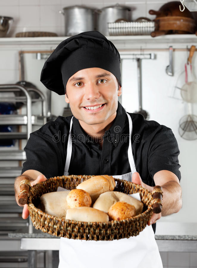 Cuisine masculine d'Offering Breads In de chef photographie stock