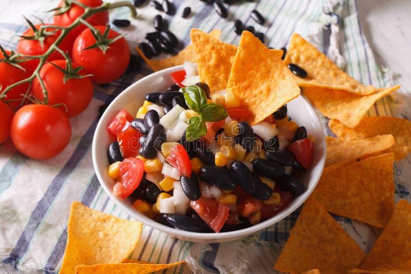 Cuisine mexicaine : nachos savoureux de puces de Salsa et de maïs en gros plan Hor images stock