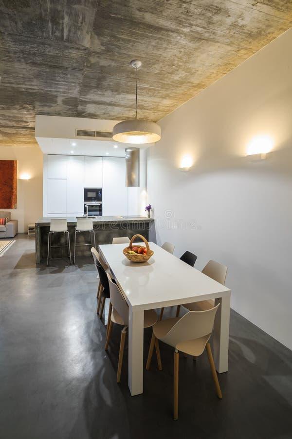 Cuisine Moderne Avec Le Plancher De Tuiles Gris Et Le Mur Blanc ...