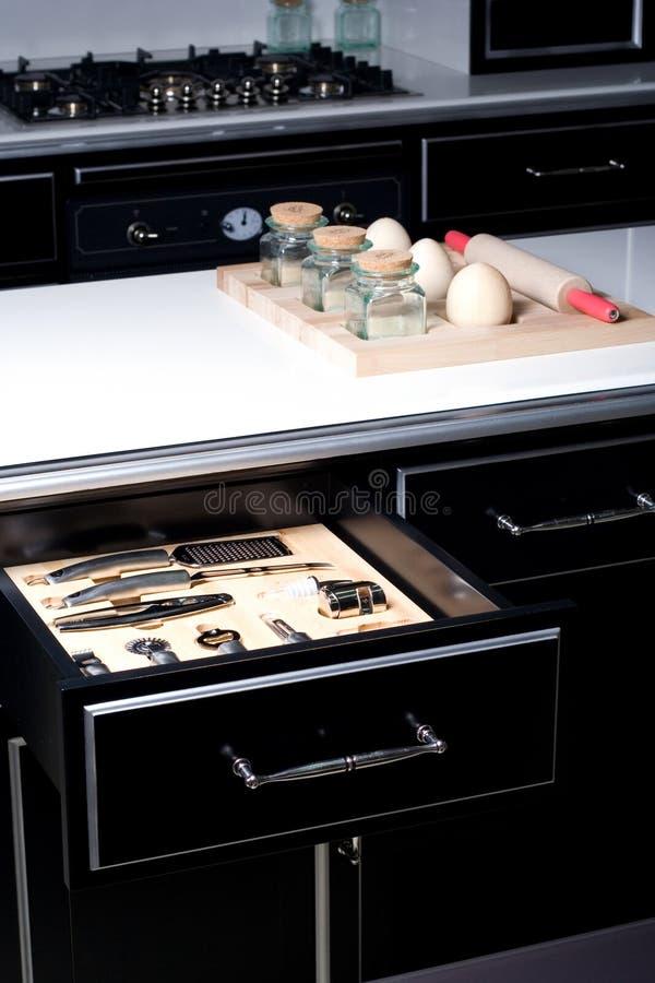 Cuisine moderne avec le tiroir ouvert photographie stock libre de droits