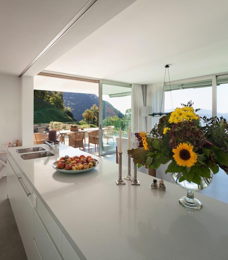 Cuisine moderne d'une villa images stock