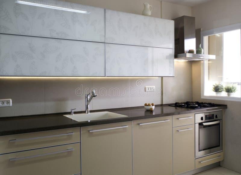 cuisine moderne dans des couleurs de beige et de cr me photo stock image 68119687. Black Bedroom Furniture Sets. Home Design Ideas