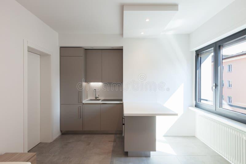 Cuisine moderne en appartement blanc total image stock