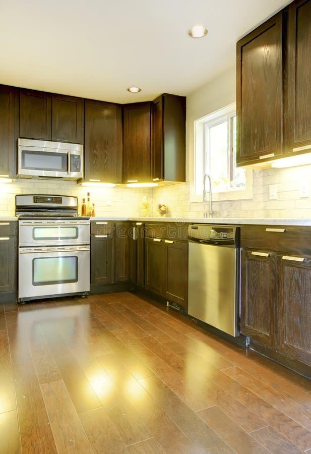 Cuisine neuve de luxe moderne de brun fonc et de blanc image stock image du r nov meubl for Cuisine neuve