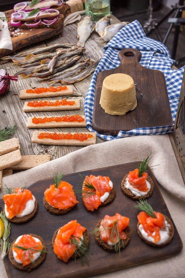 Cuisine Norvégienne Traditionnelle Brunost Et Poissons Image - Cuisine norvegienne