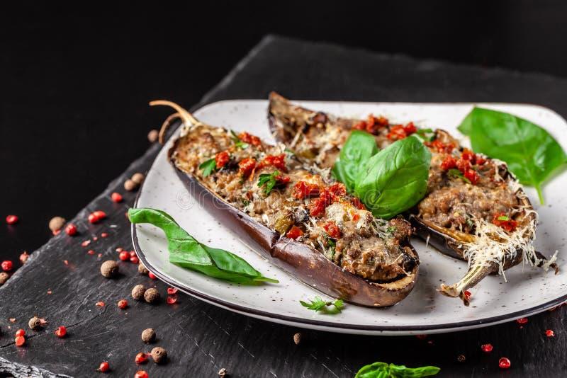 Cuisine portugaise Aubergines cuites au four avec les champignons, la viande, les légumes et le parmesan, foyer sélectif photo stock