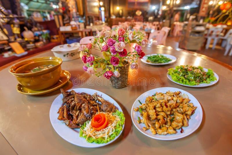 Cuisine, poulet, porc et soupe de Chinois-Yunnan Le restaurant local en Doi Mae Salong, Mae Fa Luang, Chiang Rai, Thaïlande, près images stock