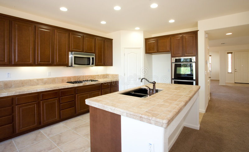Cuisine résidentielle nouvelle ou transformée images stock