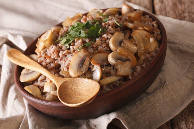 Cuisine russe : gruau de sarrasin avec des champignons en gros plan Hor photographie stock