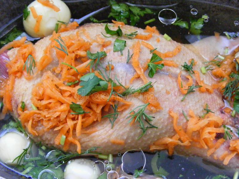 Cuisine rustique russe et espagnole : préparation pour la goulache du canard avec la verdure, la carotte, l'ail, les baies de gen photo stock