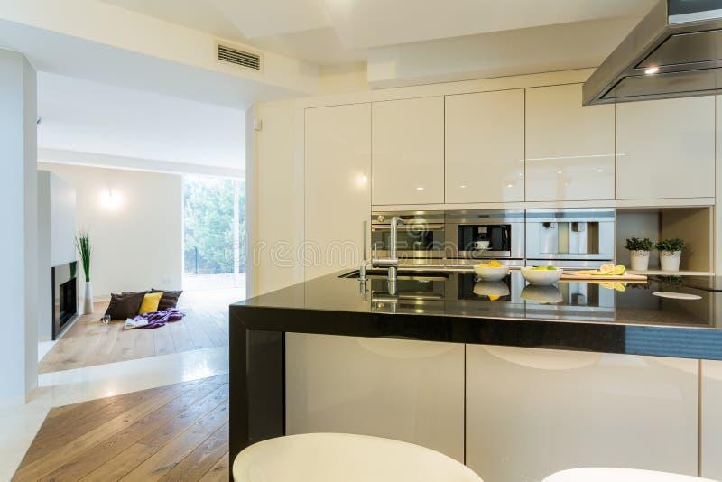 Cuisine spacieuse en appartement moderne photographie stock