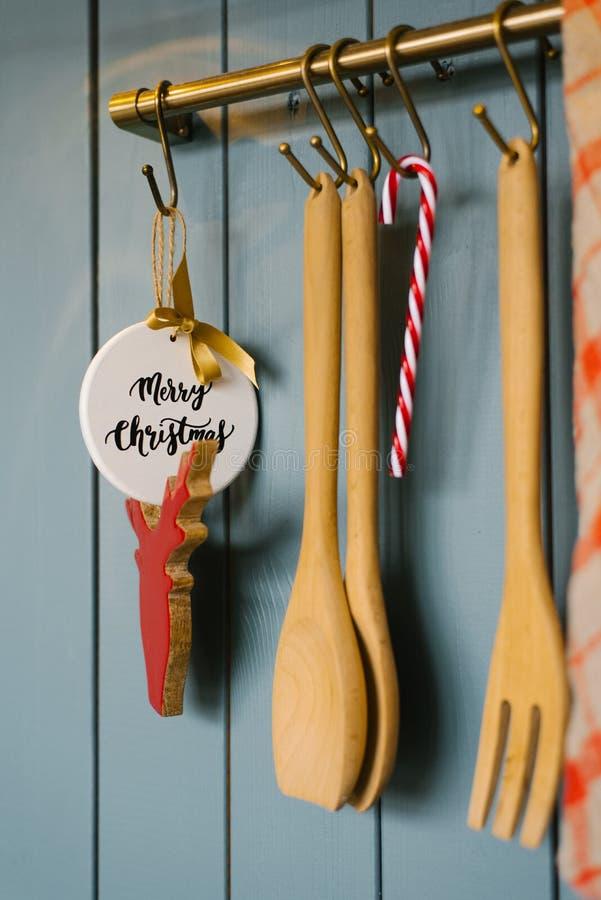 Cuisine spatules et fourche en bois Vit à crochet dans la cuisine, accessoires de cuisine et jouets pour arbres de Noël image libre de droits