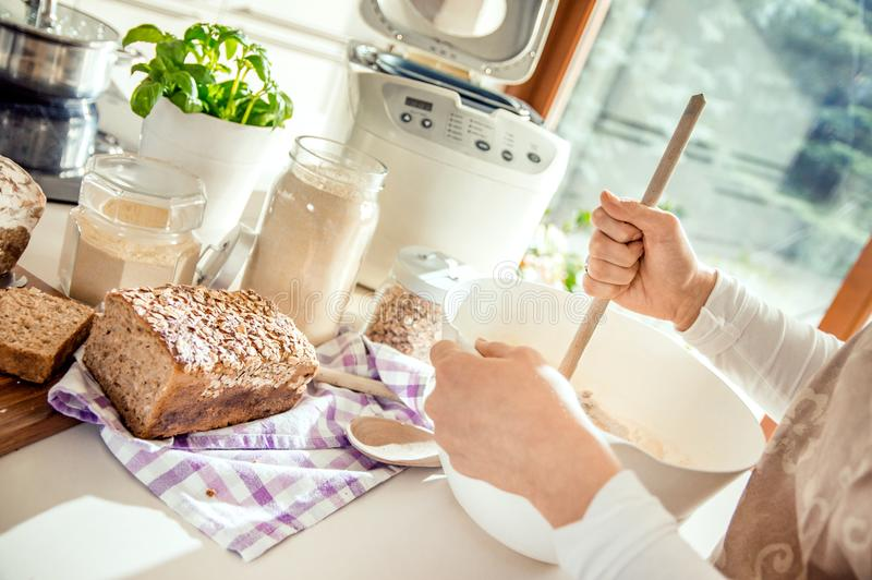 Cuisine supérieure complètement des appareils pour la cuisson images stock