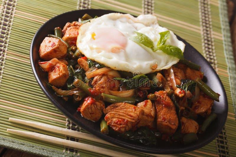 Cuisine thaïlandaise : Poulet sauté de Krapow de protection de Gai sur une fin-u de plat photo stock