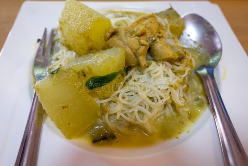 Cuisine thaïlandaise traditionnelle, vermicellis de riz mangés avec le poulet vert de cari photo stock