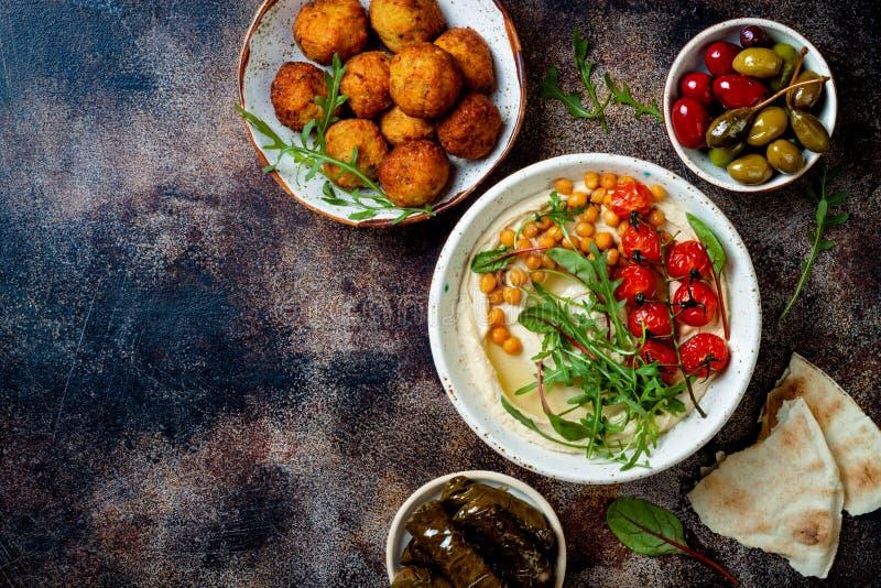Cuisine traditionnelle arabe Meze du Moyen-Orient avec du pain pita, olives, houmous, dolma bourr?, boules de falafel, conserves  photo libre de droits