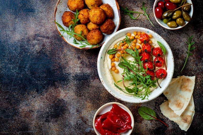 Cuisine traditionnelle arabe Meze du Moyen-Orient avec du pain pita, olives, houmous, dolma bourr?, boules de falafel, conserves  image libre de droits