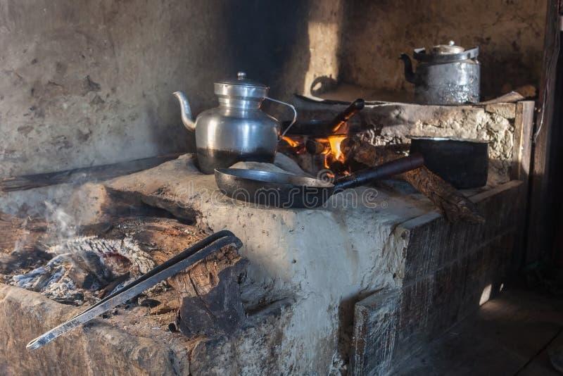 Cuisine traditionnelle dans la vieille maison de Nepali dans petit photo stock