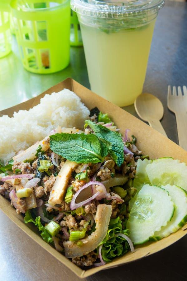 Cuisine traditionnelle de la Thaïlande, salade épicée de style thaïlandais du nord-est de porc photos libres de droits