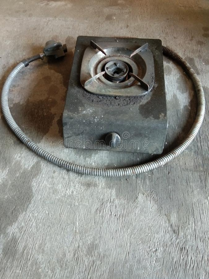 cuisinière à gaz avec le tuyau et le régulateur illustration libre de droits