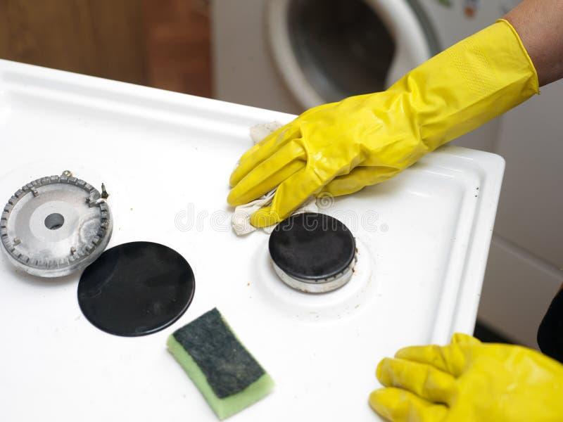 Cuisinière à gaz de nettoyage de femme image stock
